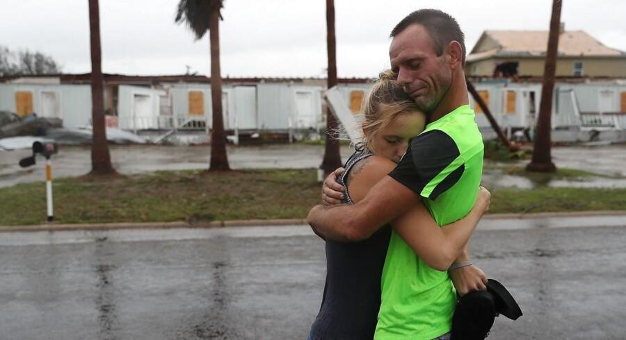 Jessica Campbell krammer Jonathan Fitzgerald (L-R) efter orkanen Harvey ramte deres by rockport i Texas lørdag.