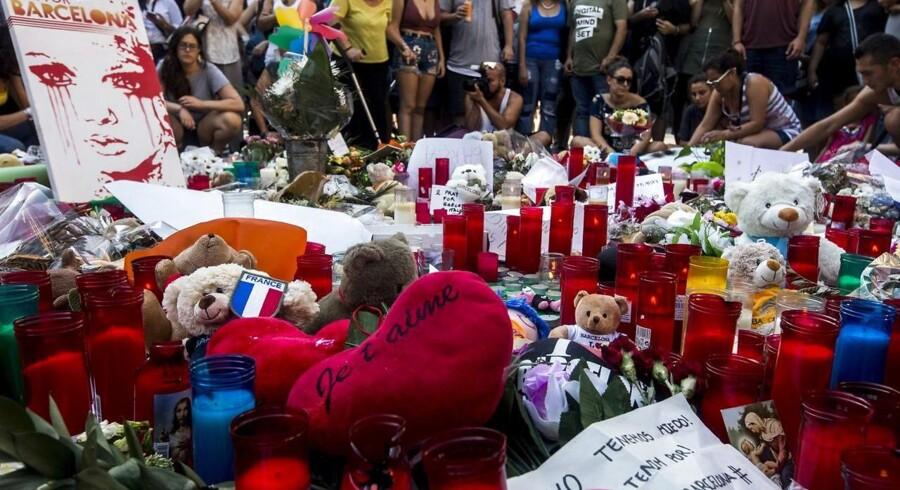 Fire personer efterlyses efter gårsdagens terrorangreb i Barcelona.