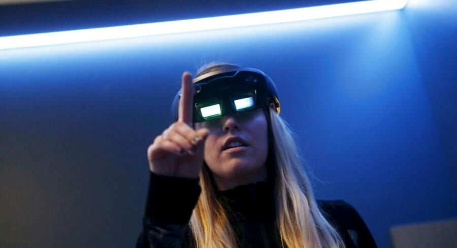 Microsoft Hololens-brille giver muligheden for at se et hologram af sig selv stå ude i virkeligheden.