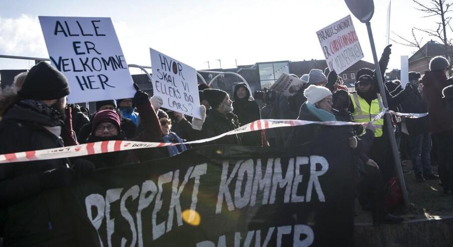 »Respekt kommer ikke i pakker« stod der på ét af skiltene til dagens demonstration.