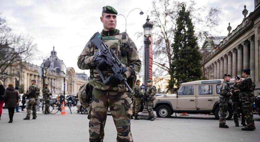 En fransk soldat patruljerer på Champ-Elysee i Paris. Foto: Christophe Petit Tesson / EPA