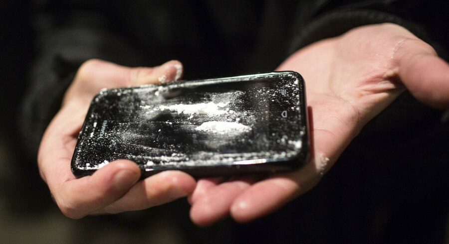 Arkivfoto. På billedet ses en iPhone, som bliver brugt til at sniffe kokain fra. Billedet er taget nytårsaften 2014 på Dronning Louises Bro i København.