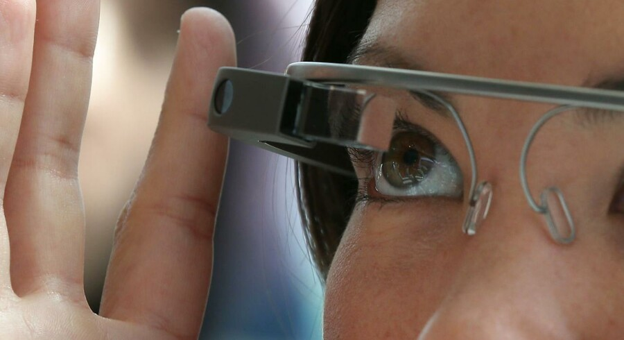 Her afprøver en deltager til Googles udviklermesse i San Francisco i maj Google Glass.