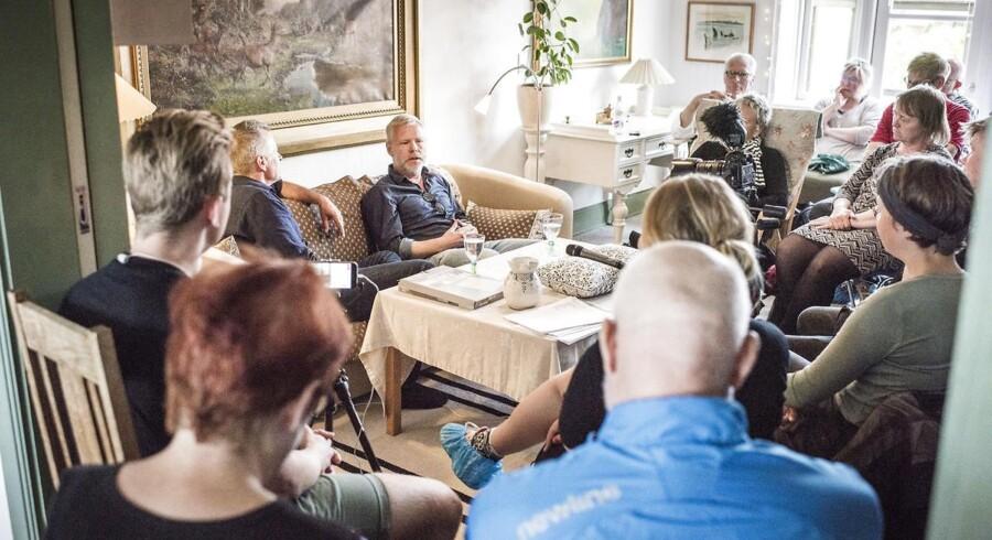 Et privat hjem er forvandlet til et museum: 'Kunsten rykker' ind hos Bente og Lars på Nørregade 44 i Allinge. Her taler Morten Kirkskov, direktør for Det Kongelige Teater og TV-vært og kunsthistoriker, Peter Kær.