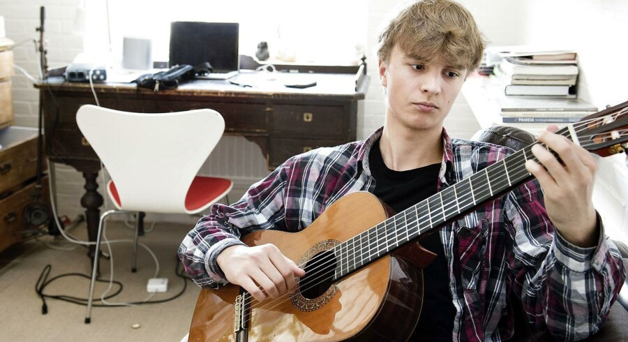 18-årige Peter Hjalmar Thomsen står på kanten af voksenlivet. Han bruger meget af sin fritid på at spille guitar.