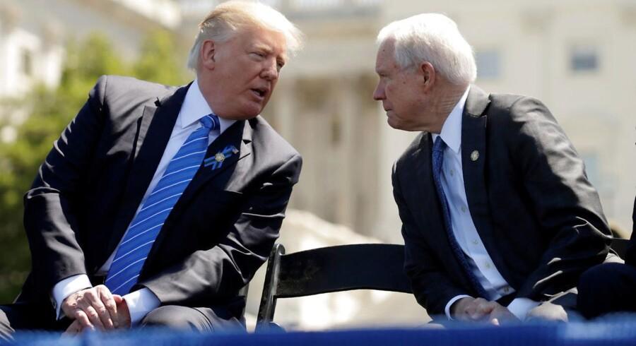 Så gode venner var de engang - Trump og hans trofaste støtte, Jeff Sessions, som nu er blevet præsidentens daglige prügelknabe.