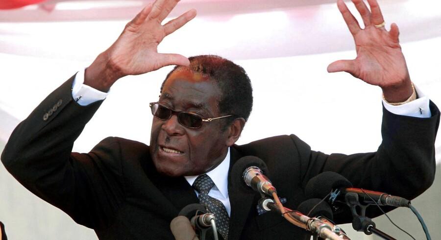 Arkivfoto. Zimbabwes 93-årige præsident ville overlade roret til sin kone. Men militæret har andre planer, og nu synes Robert Mugabes 37 år som hersker at være slut.