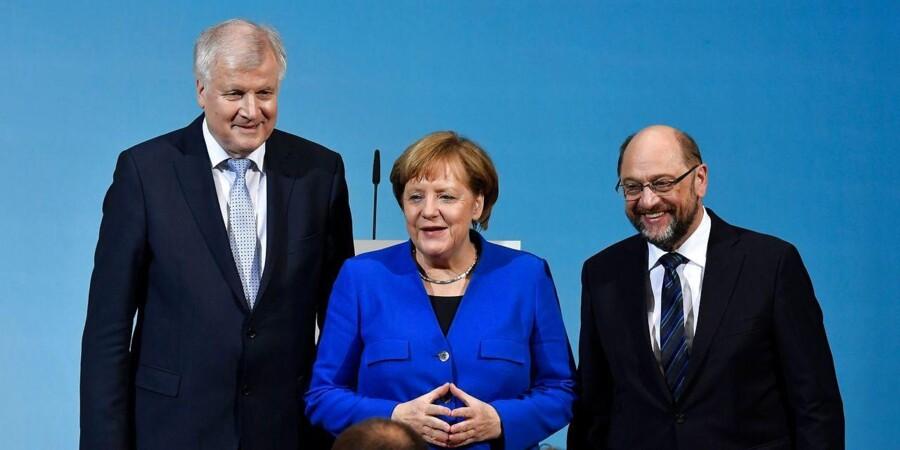 I Tyskland er socialdemokrater og konservative efter svære forhandlinger blevet enige om et regeringsgrundlag, der er blevet afventet med utålmodighed i det øvrige Europa. Her ses de tre partiledere Horst Seehofer, Angela Merkel og Martin Schulz på en pressekonference i januar. / AFP PHOTO / John MACDOUGALL