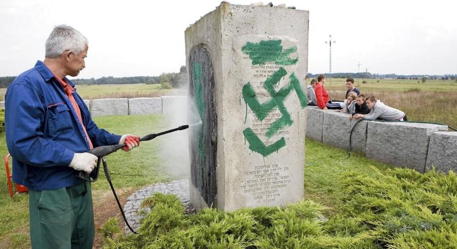 I Jedwabne, en lille by i det nordøstlige Polen, står dette mindesmærke over byens jøder. 300 af dem blev brændt i en lade i juli 1941, og ind til for nyligt hævdede mindesmærket, at tyskerne stod bag. Men bl.a. Anna Bikont og en uafhængig dommerundersøgelse har dokumenteret, at det var polakkerne i byen, som brændte deres naboer. Tyskerne ansporede dem, men polakkerne gjorde det. Nu er ordlyden på mindesmærket neutralt. Hærværksmænd har flere gange malet hagekors på mindesmærket - billedet er fra 2011.