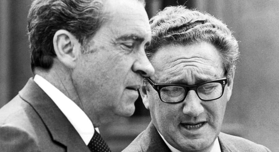 USAs daværende præsident Richard Nixon (t.v.) talermed sin nationale sikkerhedsrådgiver Henry Kissinger i maj 1972, endnu inden Nixon blev fældet i Watergate-skandalen.