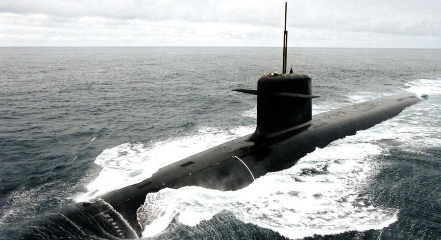 Den enorme ubåd »Dmitrij Donskoj« og en kæmpe slagkrydser sejler fredag under Storebæltsbroen med gæsteflag.