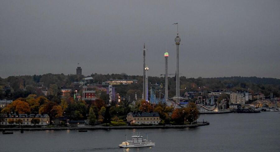"""Vue over Stockholms indre by tirsdag morgen. Svenske medier skriver, at det, ifølge """"Sveriges meteorologiska och hydrologiska institut"""", skyldes mange partikler fra skovbrande i Sydeuropa."""