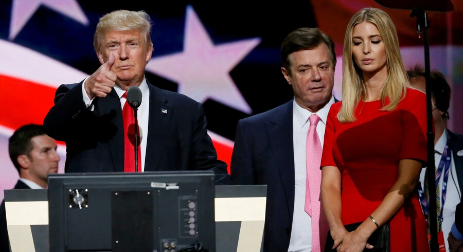 Paul Manafort ses her mellem Donald Trump og Ivanka Trump under valgkampen i juli 2016, da Manafort stadig var chef for valgteamet. Reuters/Rick Wilking