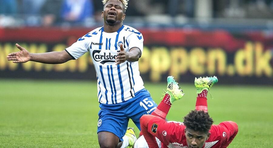 Izunna Uzochukwu har fældet Silkeborgs Sammy Skytte og er utilfreds med, at dommeren har fløjtet for frispark. Scanpix/Henning Bagger