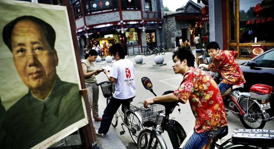 Beijing før OL: Formand Mao holder øje med den nye generation fra en plakat i en turistbutik ved Qianhai-søen i Beijing.