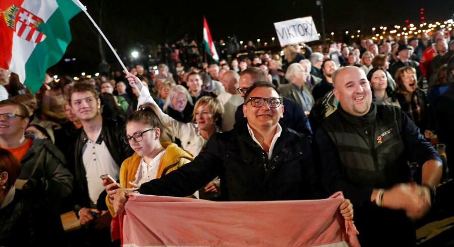 Fidesz' støtter fester i Budapests gader.