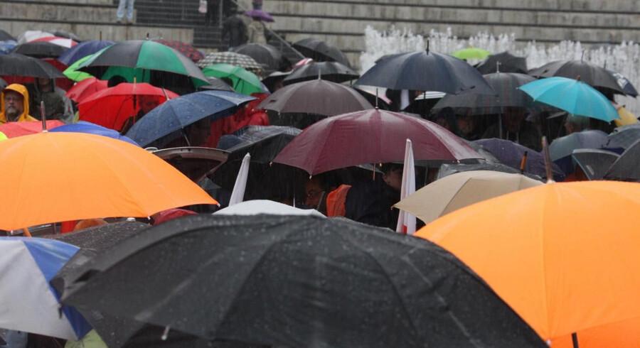 Det er frem med paraplyen i påsken. Hvis man har en stormparaply, så kan den være nyttig, oplyser DMI. Free/Colourbox