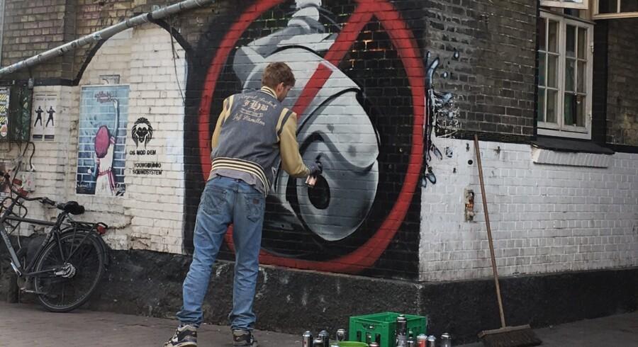 To overvågningskameraer blev lørdag revet ned på Pusher Street på Christiania. Free/Chjanna Delain, Ritzau.