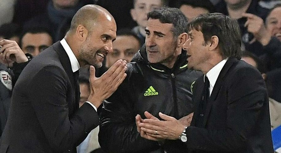 Chealseas manager, Antonio Conte (th.) diskuterer med Manchester Citys manager, Pep Guardiola (tv.) i Premier League. Foto: Gerry Penny/EPA
