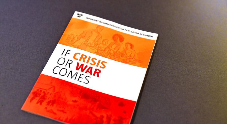 En engelsk version af den svenske pjece, der skal ruste befolkningen til kriser og krig. I pjecen står blandt andet, hvad man bør forberede i forbindelse med mad og vand, hvis en krrisesituation skulle bryde ud. Arkivfoto.