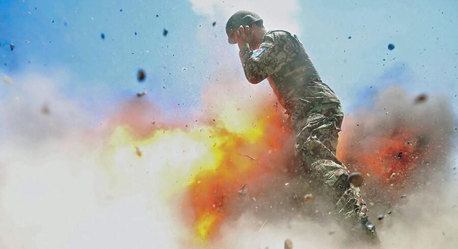 To afghanske soldater var i gang med at træne affyringen af mortergranater, og den kun 22-årige fotograf, Hilda Clayton, sad klar til at forevige øjeblikket, hvor granaten poppede ud af røret - men det gjorde den aldrig.
