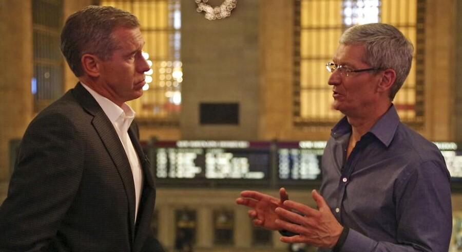 Apples topchef Tim Cook (til højre) taler med TV-stationen NBCs Brian Williams og fortæller om Apples planer om at flytte en lille del af Mac-produktionen tilbage til USA. Foto: NBC/Reuters/Scanpix