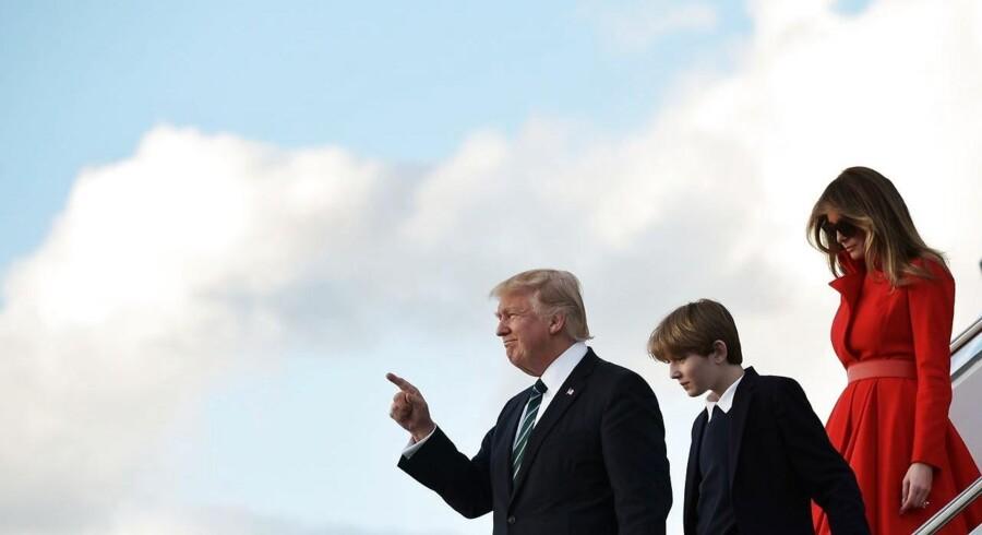 Donald Trump er fløjet til Florida med sin familie, sønnen Bannon og hans kone Melania, for at tilbringe weekenden på hans eget resort Mar-a-Lago. Det sker efter en uge, hvor præsidenten har lidt det ene store nederlag efter det andet. / AFP PHOTO / MANDEL NGAN