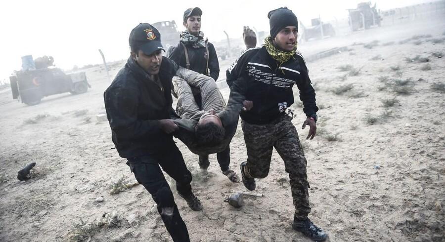 Den irakiske hærs særlige antiterrorenhed har banet sig vej gennem et stort industrikvarter, og er nået frem til udkanten af Mosuls Karama-kvarter.