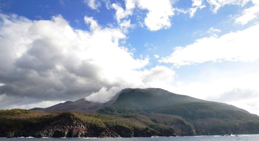 Beboerne på en japansk ø godt 1.000 kilometer syd for Tokyo er fredag morgen i gang med at blive evakueret efter en vulkan på øen pludselig er gået i udbrud