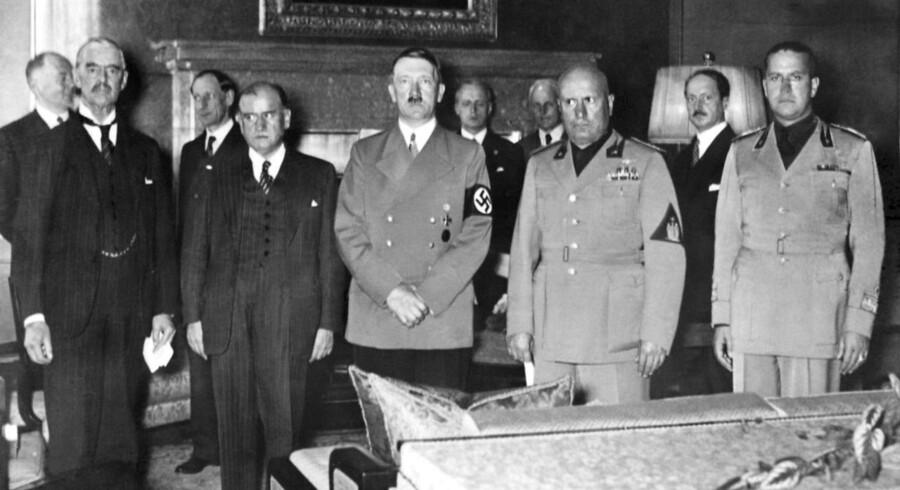 Der er en god grund til, at Hitler så eddikesur ud på billedet, siger forfatteren Robert Harris. Den tyske fører er netop blevet snydt for sit bedste casus belli, nemlig det tyske mindretal i Sudeterlandet, som var en del af Tjekkoslovakiet. Den britiske premierminister, Neville Chamberlain (tv), snød ham for krigen. Ved siden af Chamberlain står den franske premierminister, Edouard Daladier, derefter Hitler, og så den italienske »il duce, Benito Mussolini, og den italienske udenrigsminister, grev Ciano.