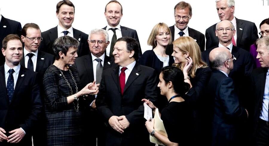 Danmark overtager EU-formandskabet. Formand Jose Manuel Barroso omgivet af de danske politikere.