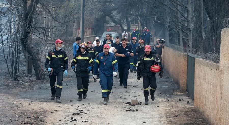Mindst 79 meldes nu døde, lyder det fra græsk brandpersonale, der onsdag leder efter omkomne.