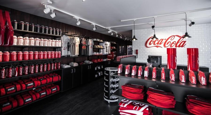 Udover merchandise, kan man selvfølgelig også købe en kold Coca Cola i butikken.
