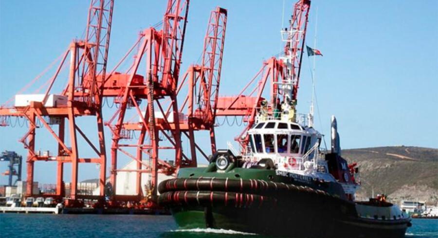 Slæbebåden SMBC Monterrey forlader Ensanada Havn i Mexico for at hjælpe med at trække krydstogtskibet Carnival Splendor i havn.
