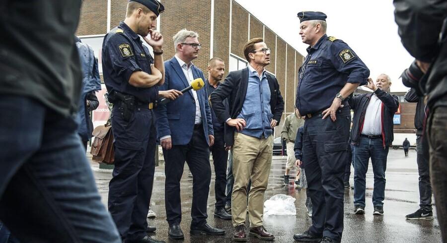 Moderaternas statsministerkandidat, Ulf Kristersson (billedet), mener, at Sverigedemokraternas reaktion på mandagens bilafbrændinger i Sverige viser, at partiet kun vil kritisere uden at tage politisk ansvar.