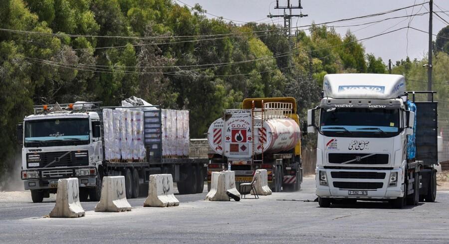 Flere lastbiler med varer til Gazastriben har holdt stille ved grænseovergangen Kerem Shalom, efter Israel 9. juli lukkede for de fleste leverancer på grund af et stigende antal angreb fra den palæstinensiske enklave mod Israel. Said Khatib/arkiv/Ritzau Scanpix