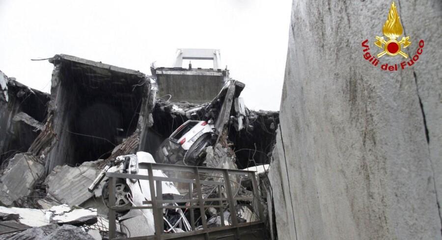 En firesporet motorvejsbro i Genova er brudt sammen.