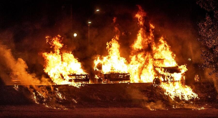 På billedet brænder mindst fire biler. Taget i Trollhättan mandag aften.