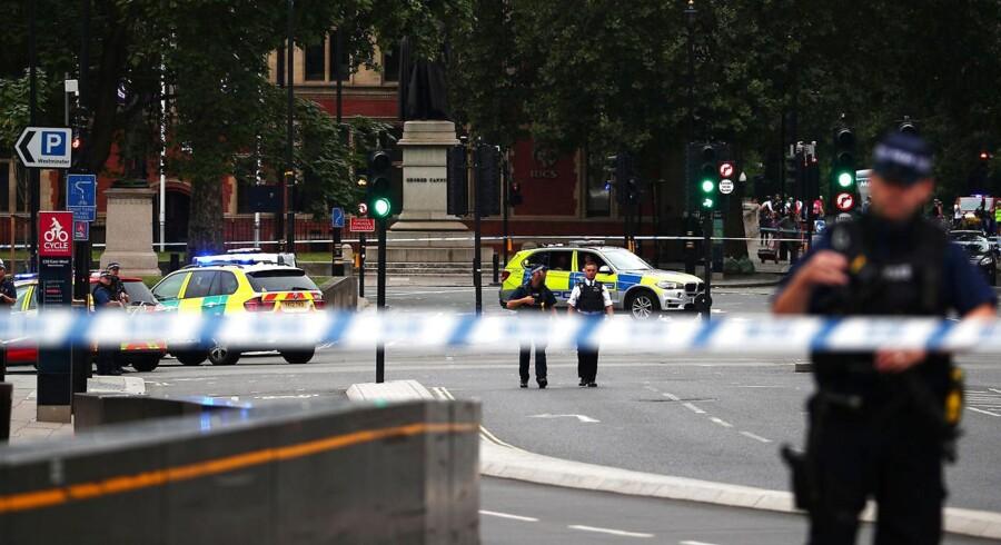 Politiet er i gang med at evakuere folk fra stedet, og betjente er i gang med at gennemsøge området, rapporterer Sky News.