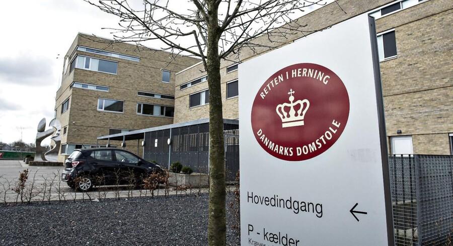 Retten i Herning indleder i dag sagen om en 19-årig kvinde, der sidste år blev udsat for voldtægt af fire mænd.