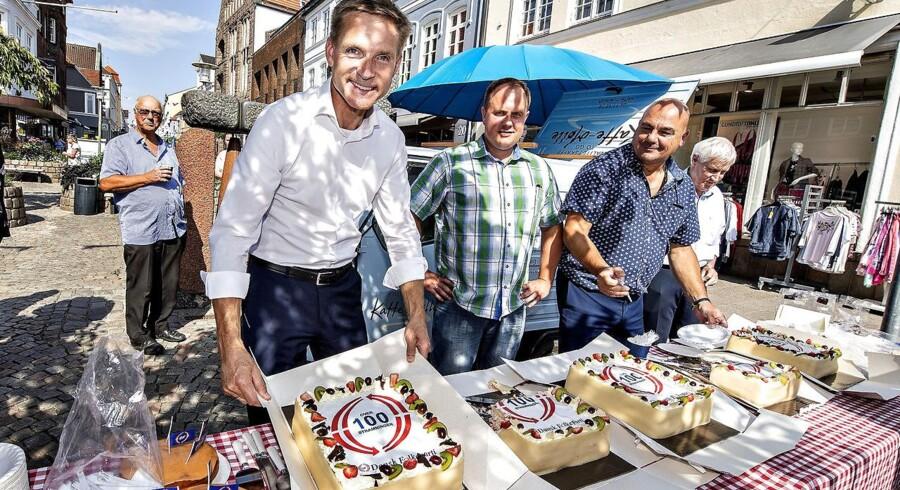 Dansk Folkepartis partiformand Kristian Thulesen Dahl uddeler kage i Sønderborg by i anledning af 100 stramninger, efter partiets sommergruppemøde i onsdags. Det vækker nu forargelse blandt flere Venstre-folk.