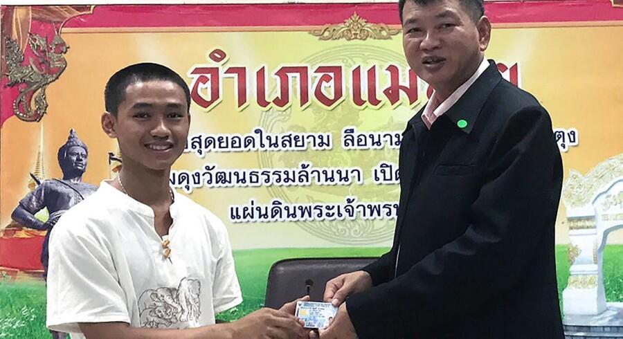 Indtil onsdag var fire, der var fanget i grotte, statsløse. Nu har de fået thailandsk statsborgerskab.