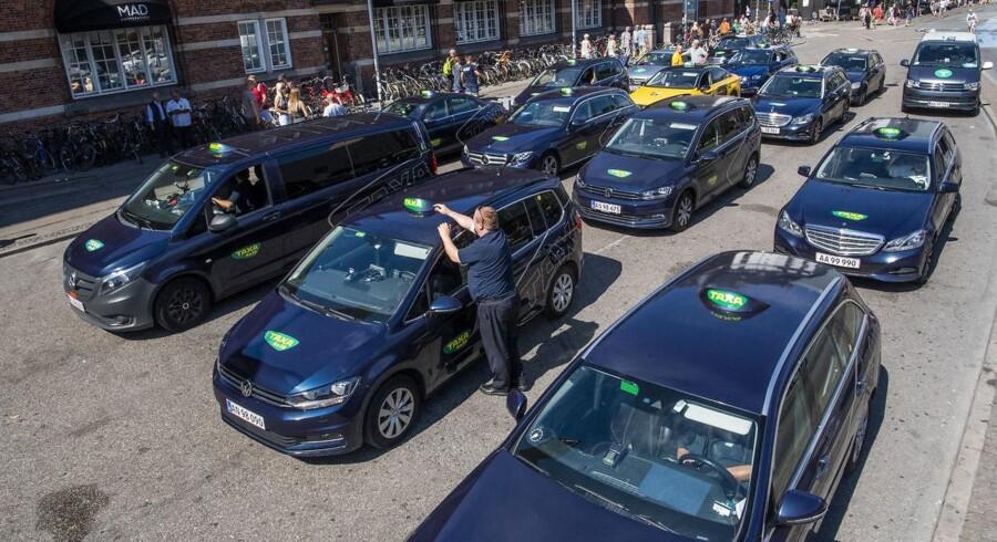 Den ny taxilov skulle efter planen øge konkurrencen og sænke priserne, men i flere tilfælde er priserne steget, viser en gennemgang.