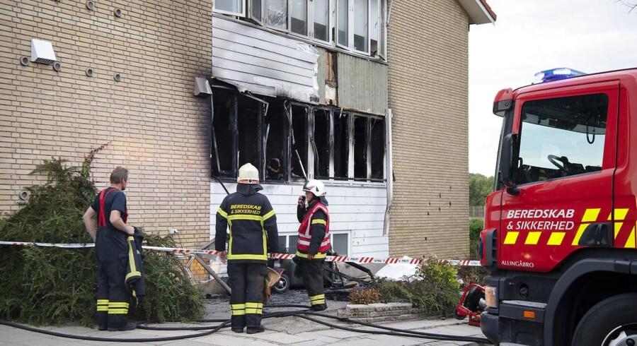 Åbne vinduer fik ilden til hurtigt at brede sig til tre lejligheder. Den præcise brandårsag er fortsat uvis.