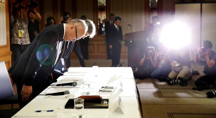 Nuværende direkør på Tokyo Medical Universiy Tetsuo Yukioka og vicepræsiden af Tokyo Medical University bukker under et pressemøde i Tokyo d. 7. august. /REUTERS/Toru Hanai TPX IMAGES OF THE DAY