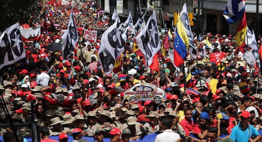 Tusindvis af Maduro-tilhængere gik mandag på gaden efter det formodede attentatforsøg mod den siddende præsident Nicolas Maduro.