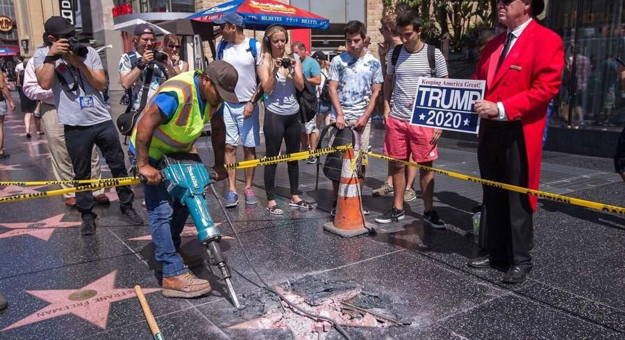 Et byråd i Hollywood opfordrer nu til, at Donald J. Trumps stjerne på byens berømte Hollywood Walk of Fame bliver fjernet. Stjernen er adskillige gange blevet udsat for hærværk (på billedet fjernes resterne efter seneste attentat den 25. juli), men rådet ønsker stjernen fjernet af politiske grunde.