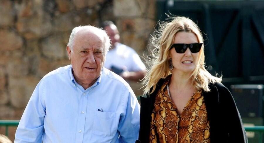 Marta Ortega (t.h.), der er arving til Zara-kæden, ses her i juli 2016 med sin far, Amancio Ortega, der startede Zara-kæden og er blandt verdens rigeste. Han har tidligere antydet, at hun måske en dag overtager virksomheden. »Hvem ved, hvad fremtiden byder på? Jeg vil ikke have, at aviserne taler om hende. Jeg ønsker bare, at pressen lader hende være i fred, så hun kan lære og arbejde, og så må vi se, hvad hun kan,« sagde han i 2008.