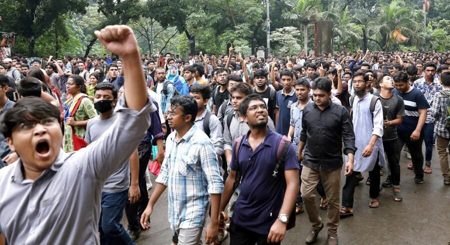 De studerende har i de seneste dage stoppet tusindvis af biler i Dhaka, hvor trafikken oftest er kaotisk.