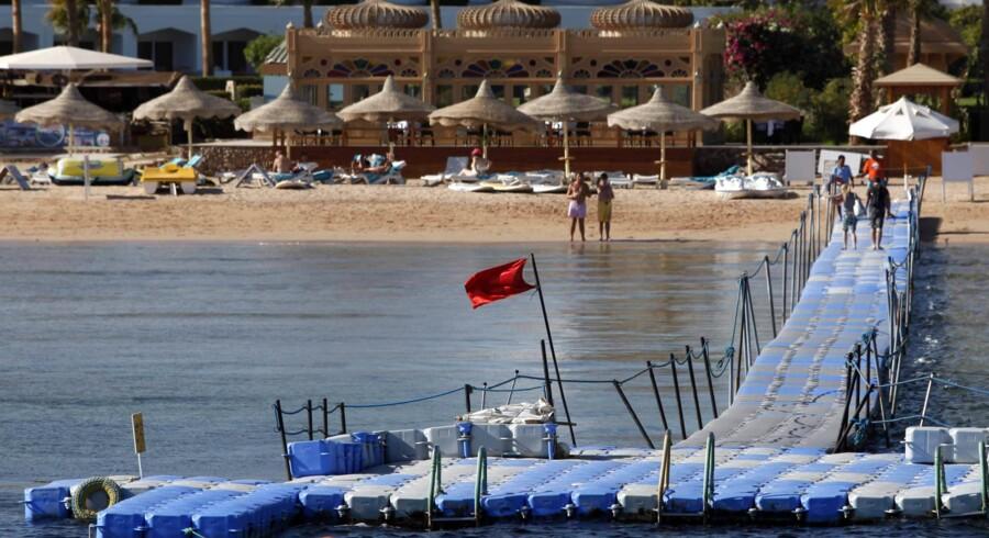 Tilbage i december 2010 blev der indført badeforbud ved stranden i Sharm el-Sheikh, efter en eller flere hajer havde dræbt en tysk kvinde og angrebet fire andre turister, der snorklede i Det Røde Hav. Siden viste det sig, at ulovlig fodring af hajerne kan have tiltrukket farlige hajarter og dermed have medvirket til angrebet dengang. Str/Ritzau Scanpix